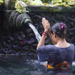shutterstock_198890681bali_femme_temple_eau