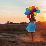 shutterstock_211740832fille_heureuse_ballons